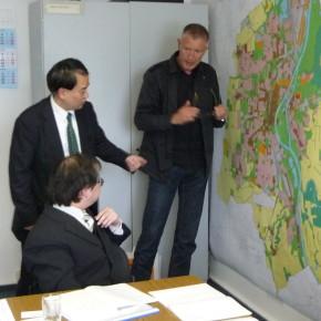 Stephan-Herrman-it-Fumihiko-Kamio-und-Takashi-Nakagawa-am-Flächennutzungsplan-von-Magdeburg