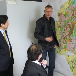 Stephan-Herrman-it-Fumihiko-Kamio-und-Takashi-Nakagawa-am-Flächennutzungsplan-von-Magdeburg-I